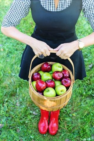 אשה קוטפת פירות